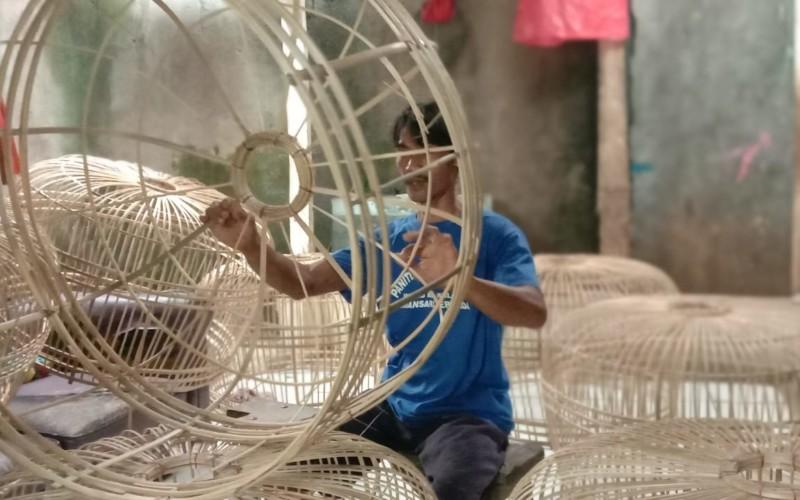 Pengrajin Kurungan Ayam dari Bambu Tetap Bertahan di Tengah Kemajuan Jaman