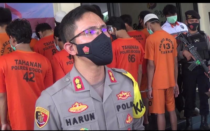 Polres Bogor Bekuk 4 Tersangka Pembuang Limbah APD di Bogor