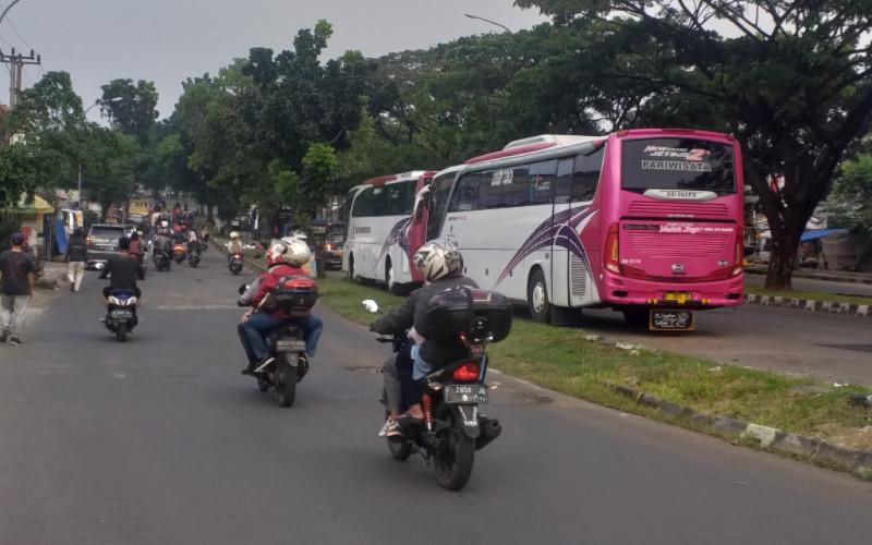Bus AKAP dan Pariwisata Selalu Terparkir di Jalan Tegar Beriman