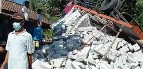 Truk Bermuatan Hebel Terguling di Jalan Cikuluwung Pamijahan