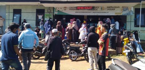 Pembagian BST di Desa Sadeng Kolot Menimbulkan Kerumunan